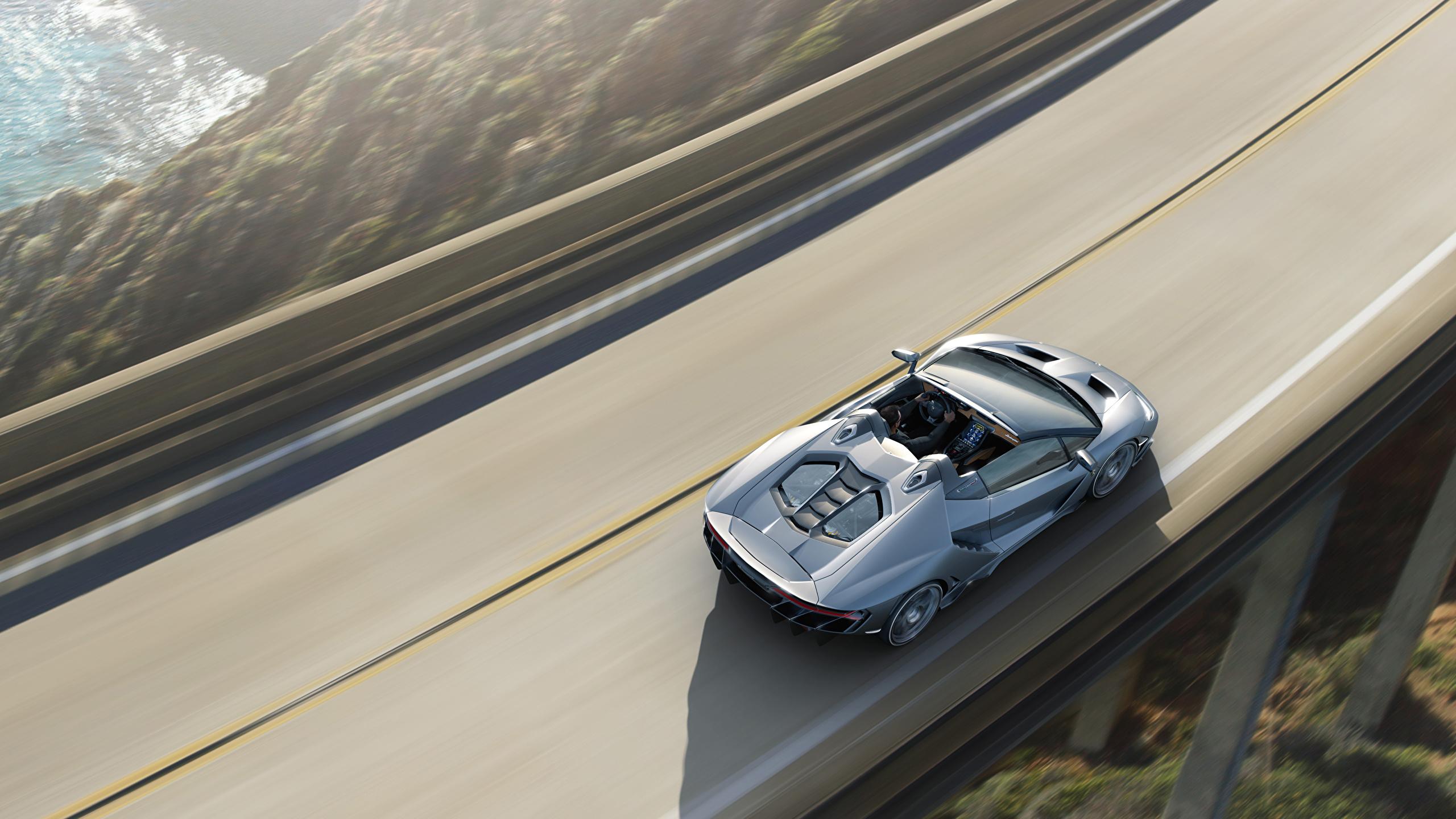 Фотография Ламборгини Centenario Roadster Родстер Движение машина Сверху 2560x1440 Lamborghini едет едущий едущая скорость авто машины автомобиль Автомобили