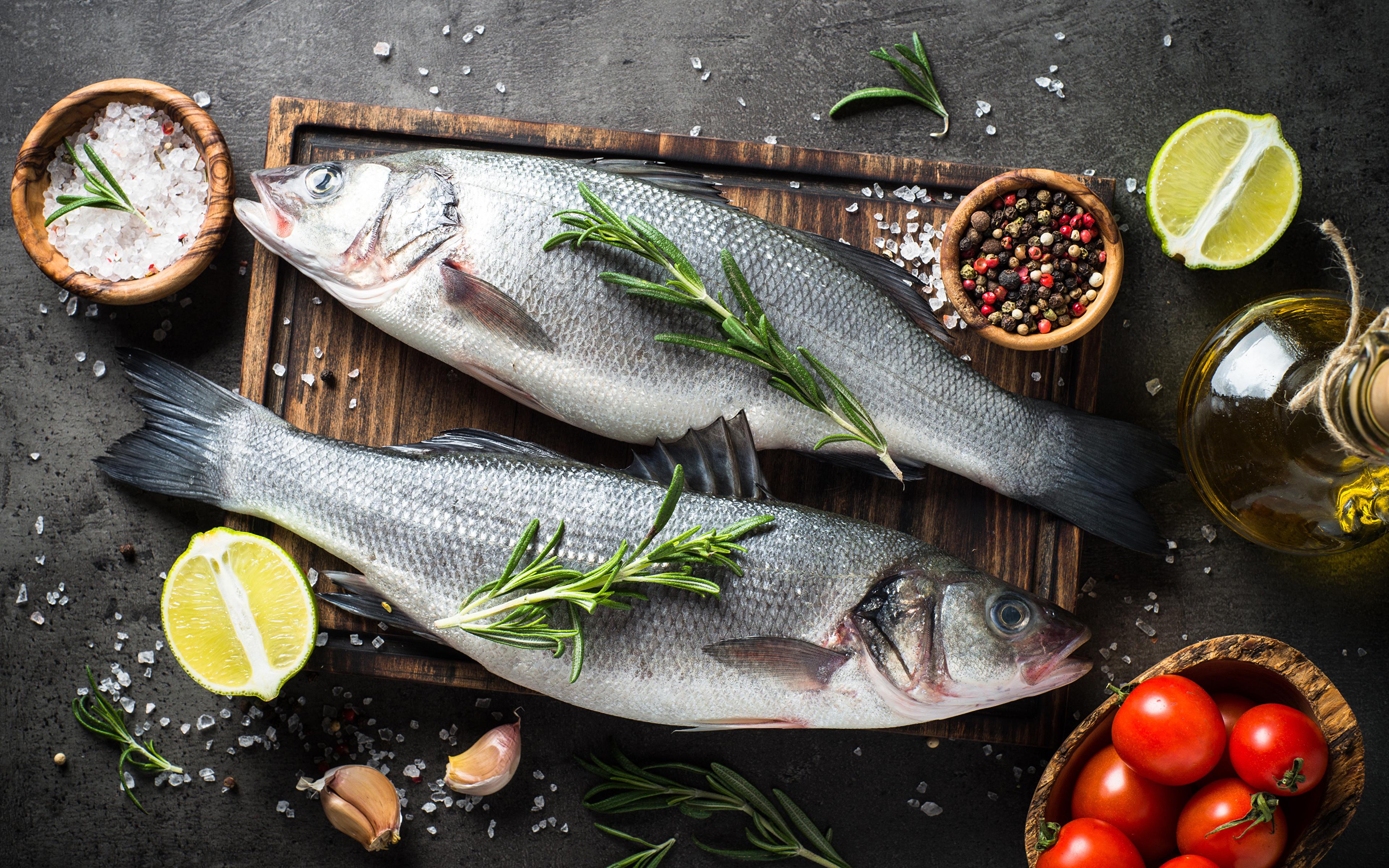 Фотографии 2 Лайм Томаты Перец чёрный Рыба соли Чеснок Пища Разделочная доска 3840x2400 два две Двое вдвоем Помидоры Соль солью Еда Продукты питания