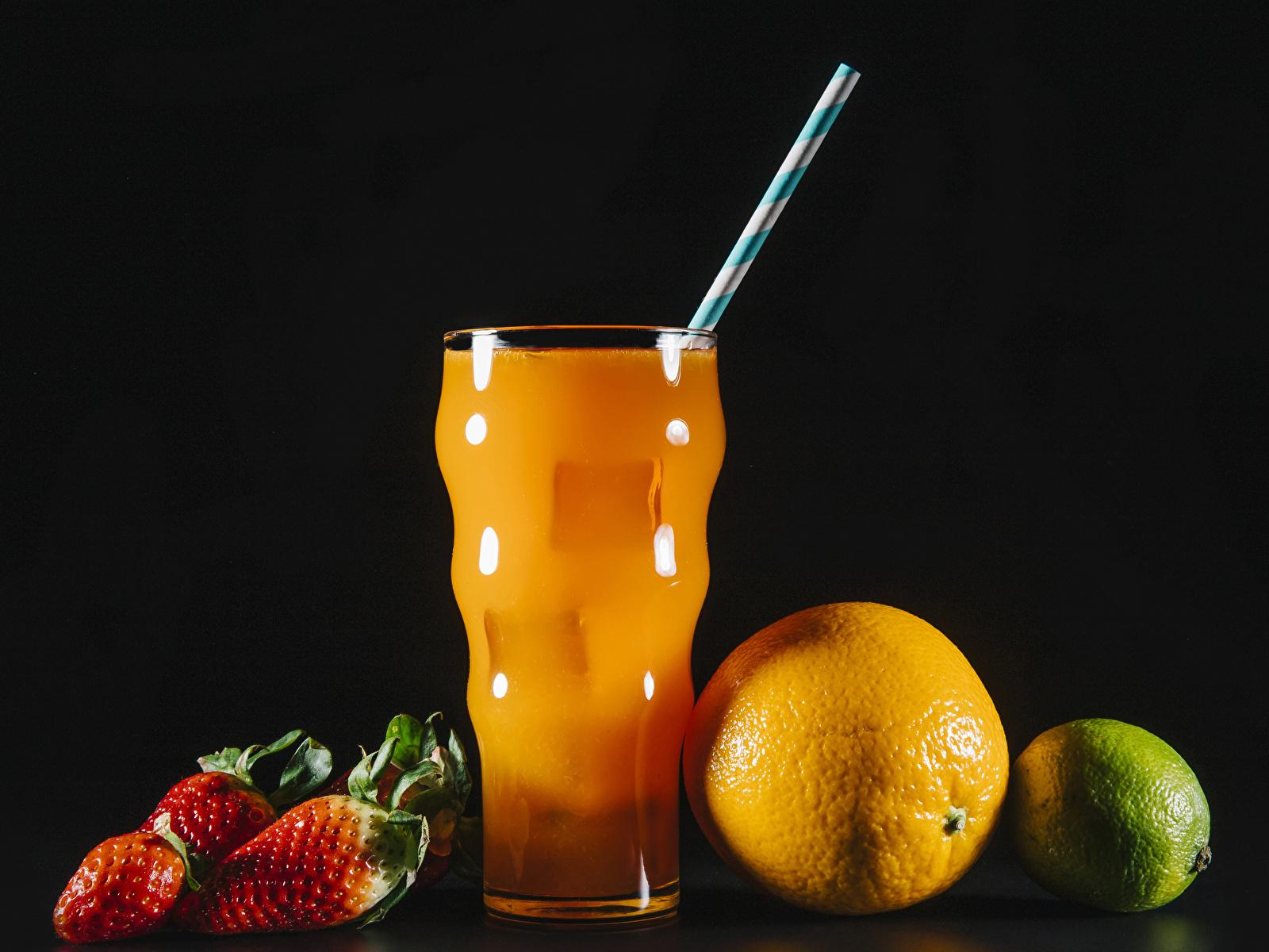 Фотографии Сок Лайм Апельсин стакана Клубника Еда на черном фоне 1600x1200 Стакан стакане Пища Продукты питания Черный фон