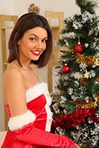 Обои Abigail B Рождество Новогодняя ёлка Шатенка Улыбка Взгляд молодые женщины