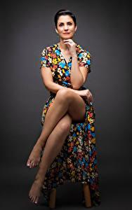 Картинки Женщины Стул Сидящие Ног Платья Позирует Рука Смотрит Karla