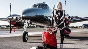 Обои Самолеты Парашютизм скайдайвинг Блондинка Униформа Спорт