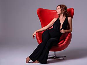 Картинки Кресло Сидящие Шатенки Платья Alba Morales девушка