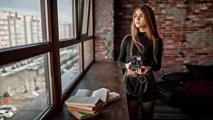 Обои Окна Книги Фотокамера Шатенки Смотрит Aleksey Yuriev девушка