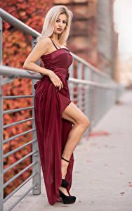Обои для рабочего стола Блондинка Платье Ноги Боке Взгляд Alessandra Девушки