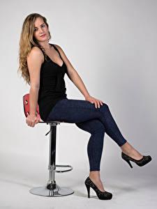 Обои для рабочего стола Блондинок Сидит Джинсы Туфли Майка Взгляд Alexandra молодые женщины