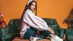 Фотография Сидящие Джинсов Красивая Позирует Кедах Ali Pazani девушка