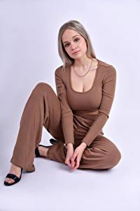 Картинка Модель Поза Сидит Смотрят Блондинка Anais Gouze молодые женщины