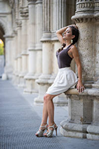 Картинка Брюнеток Рука Юбки Ноги Туфель Позирует Anchie Maus молодая женщина