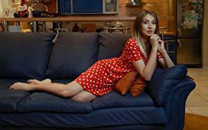 Картинки Диване Лежа Платья Рука Смотрит Andrey Filonenko девушка