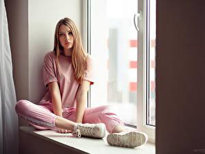 Картинки Окно Сидит Футболка Подошва обуви Смотрит Anna, Evgeniy Bulatov девушка