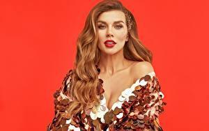 Обои для рабочего стола Анна Седокова Красном фоне Платье Мейкап Улыбается Взгляд Знаменитости Девушки