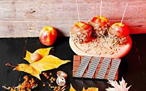 Фотографии Яблоки Шоколад Орехи Ягоды Листва