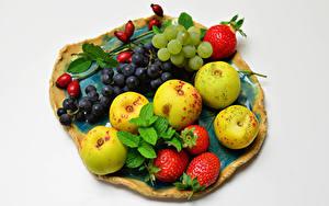 Фото Яблоки Виноград Клубника Белом фоне Шиповник плоды Пища