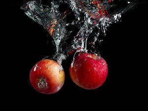 Фотография Яблоки Воде На черном фоне 2 Пузырьки воды Пища