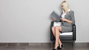 Обои для рабочего стола Кресло Блондинка Очков Сидящие Руки Ног Туфли Секретарши Девушки