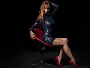 Обои Кресло Сидит Ноги Красивые Платье Волосы Рыжие Смотрит молодые женщины