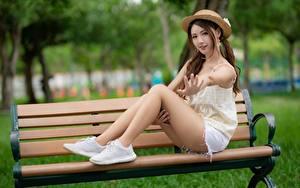 Обои Азиаты Скамейка Боке Шляпа Шатенка Руки Сидит Ног Красивые девушка