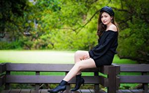Картинки Азиаты Скамейка Размытый фон Сидит Ноги молодые женщины