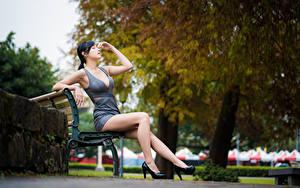 Фото Азиатки Скамья Сидящие Ног Платья Рука Туфель Брюнетки Боке девушка