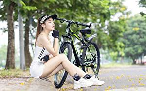Обои Азиатки Велосипед Кепка Сидит Руки Перчатках Ног Кроссовках Девушки