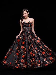 Фотография Азиаты На черном фоне Платья Рука Шатенка молодые женщины