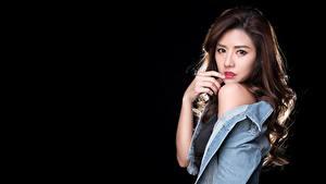 Картинка Азиатка На черном фоне Рука Куртках Шатенка Взгляд молодые женщины