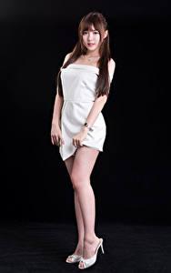 Картинка Азиатки На черном фоне Ног Шатенки Волос девушка