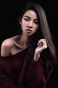 Фотография Азиатки На черном фоне Свитере Волос Смотрит девушка