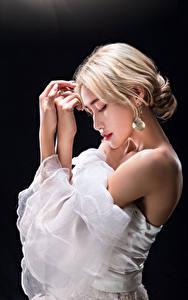Фотографии Азиаты Блондинок Поза Рука На черном фоне девушка