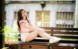 Фото Азиатки Боке Скамья Сидящие Ног Шорт Футболке Шатенки Смотрит девушка