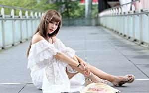 Фотографии Азиаты Боке Шатенка Платья Руки Сидит Шляпа Ноги Девушки