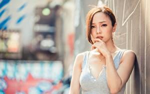 Картинка Азиатка Боке Шатенка Смотрят Рука молодые женщины
