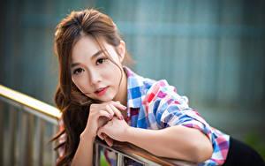 Фото Азиаты Размытый фон Шатенка Взгляд Руки молодые женщины