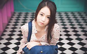 Фотография Азиаты Размытый фон Шатенки Взгляд Руки Девушки