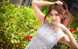 Фото Азиатки Боке Шатенки Смотрит Рука Улыбается девушка