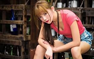 Картинки Азиатки Боке Шатенка Взгляд Сидя Рука Шорты девушка