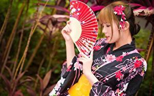 Обои Азиаты Размытый фон Шатенки Веер Руки Кимоно молодые женщины