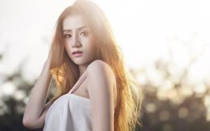 Фото Азиаты Боке Шатенки Рука Взгляд молодые женщины