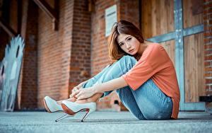 Фото Азиатки Боке Шатенки Рука Сидящие Ног Джинсов Туфель Красивая девушка