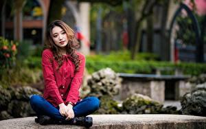 Обои Азиатка Размытый фон Шатенка Сидит Руки Ног молодые женщины