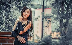 Обои Азиаты Размытый фон Брюнетка Взгляд Улыбается Руки Девушки