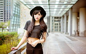 Фотография Азиаты Размытый фон Брюнеток Шляпа Смотрят Руки девушка