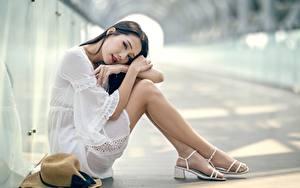 Обои Азиаты Размытый фон Брюнетка Сидящие Руки Ног Колготки девушка