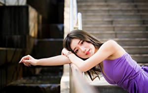 Фотография Азиатки Размытый фон Платья Рука Взгляд Милые Девушки