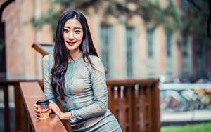 Обои для рабочего стола Азиатки Размытый фон Платье Улыбка Волос Смотрит девушка