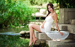 Обои Азиаты Размытый фон Платье Улыбается Сидящие Руки Ног Девушки
