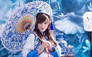 Обои для рабочего стола Азиатки Боке Смотрит Рука Зонтом девушка