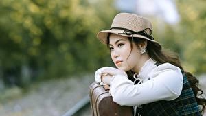 Фотография Азиатка Боке Смотрят Шляпы Рука девушка