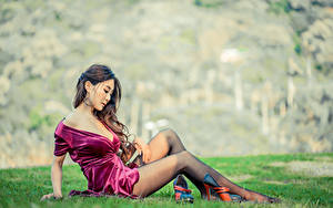 Картинки Азиаты Боке Траве Сидит Ноги Платье Декольте Красивая Шатенки молодая женщина